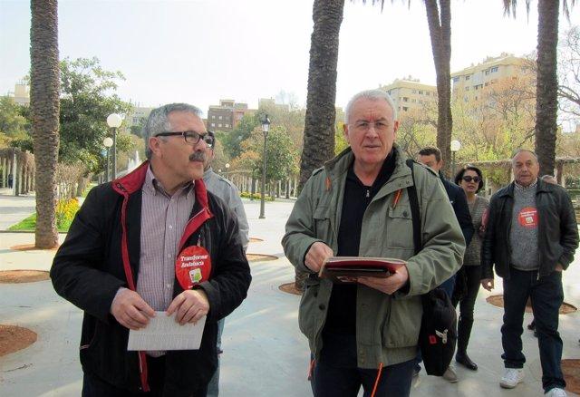 Cayo Lara (d), junto a Luis Segura antes de la rueda de prensa.