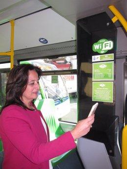 Ana Tamayo en el autobús de Aucorsa con WIFI