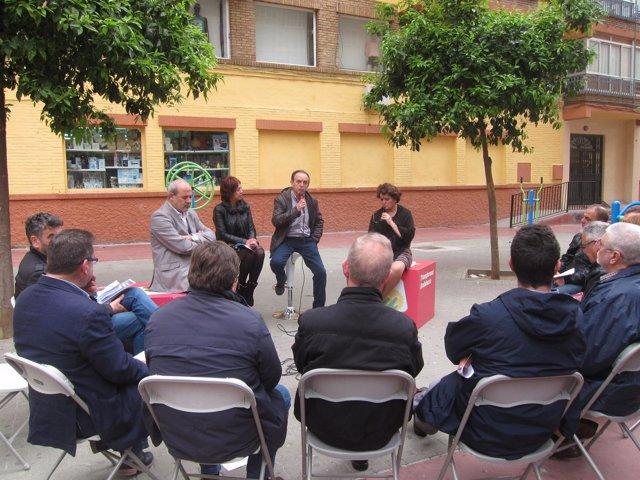 Rafael Rodríguez junto a comeciantes locales en Málaga