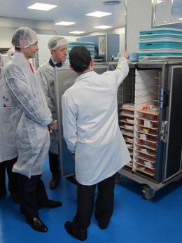 El Conseller de Sanitat durante la visita a la cocina del Clínico