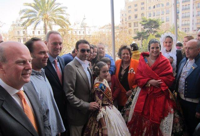 Fabra y Barberá con las Falleras Mayores y otros invitados a la 'mascletà'