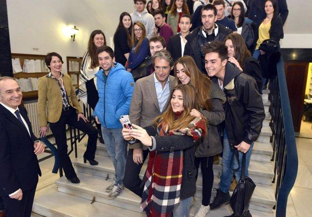 El alcalde con alumnos de Cesine