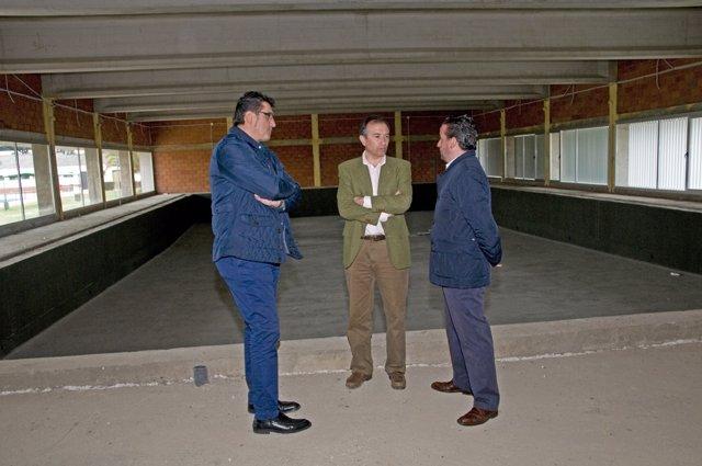 León visita las obras de la piscina cubierta de Moraleja