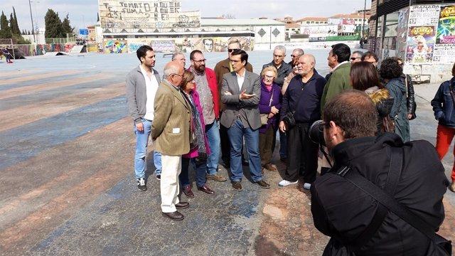 Francisco Cuenca junto a vecinos del botellódromo