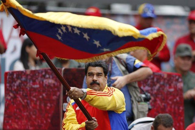 Nicolás Maduro ondea una bandera de Venezuela