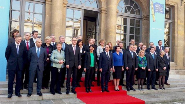 Los ministros de Educación de la UE y el presidente francés tras la reunión
