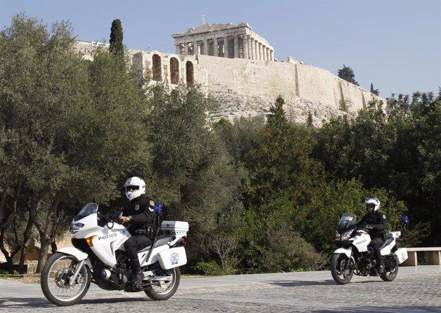 Dos policías patrullan cerca de la Acrópolis de Atenas