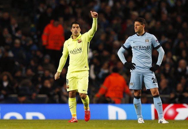 Luis Suárez ante Demichelis en un Manchester City-Barcelona