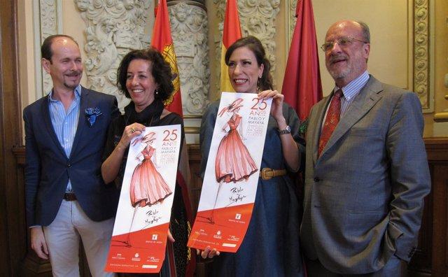 Mercedes Cantalapiedra y León de la Riva junto a los sombrereros Pablo y Mayaya