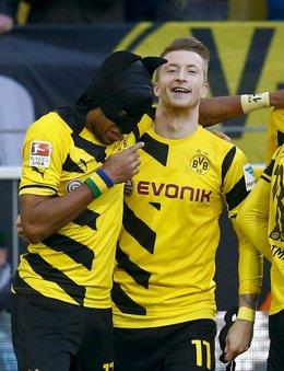 Aubameyang y Reus celebran disfrazados un gol del Dortmund