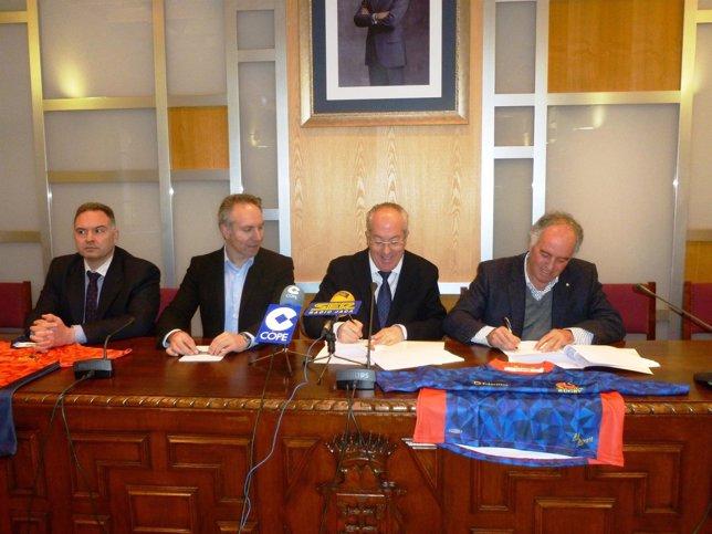 Firma del convenio para celebrar el Campeonato de España de Rugby Seven en Jaca.