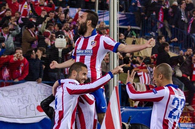 Arda Turan celebra el gol de Mario Suárez ante el Bayer