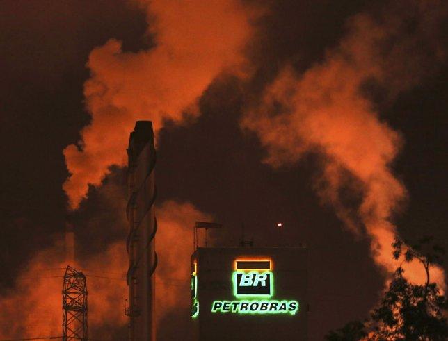 El logotipo de Petrobras se ve en una refinería en Cubatao 24 de febrero de 2015