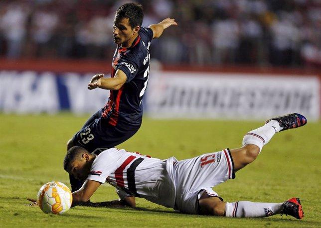 Sebastián Blanco de San Lorenzo desafía a Denilson de Sao Paulo