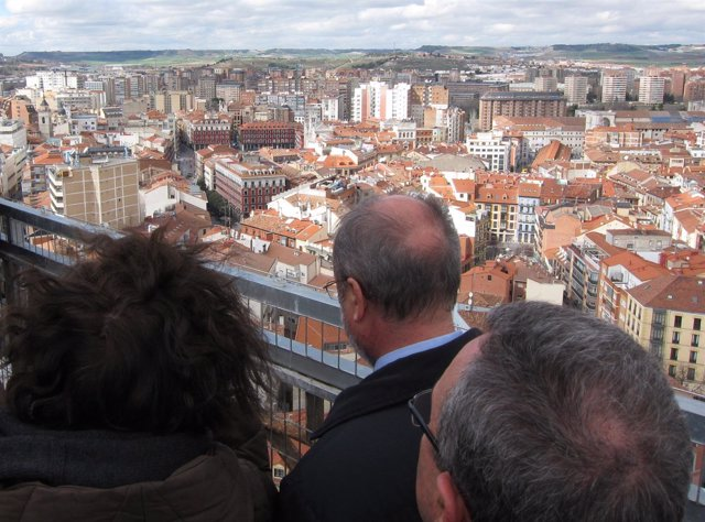 El alcalde de Valladolid, junto a Mercedes Cantalapiedra en lo alto de la Torre