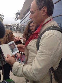 Pasajeros Costa Fascinosa enseñan foto del Museo Bardo