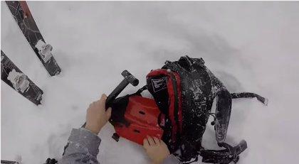 Video viral del rescate de un esquiador por una avalancha en Suiza