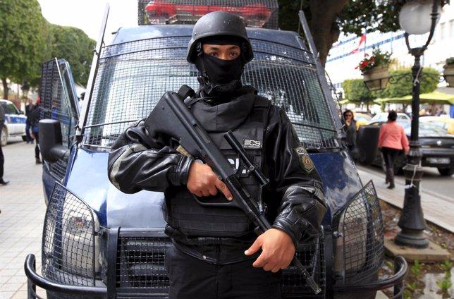 Policía tunecino en la avenida Burguiba de Túnez