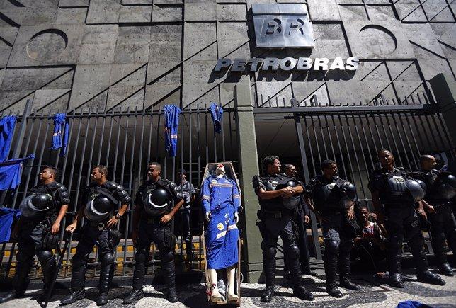 Protesta frente a Petrobras