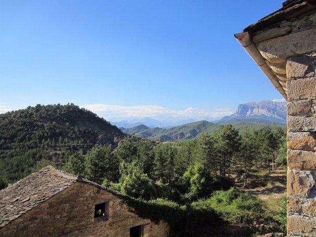 Pueblo y montañas