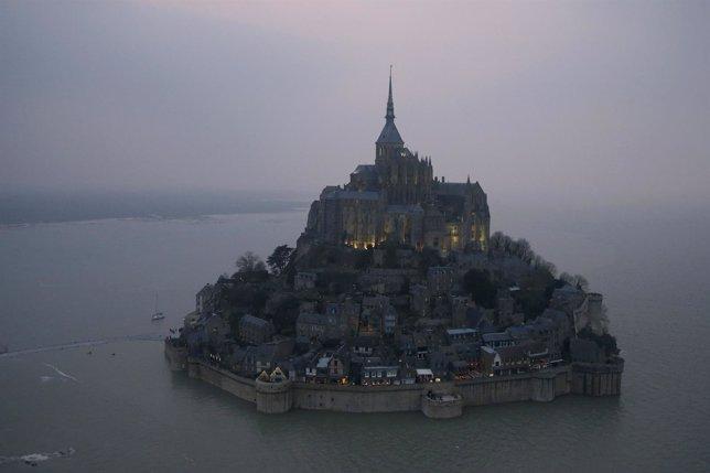 El monte Saint Michel en la marea del siglo