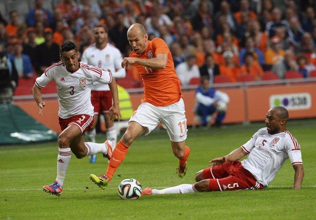 Robben comanda la victoria de Holanda sobre Gales