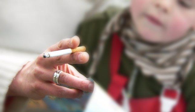 Niño, fumar, padres fumando