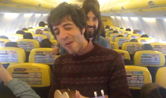Sidonie cantando en el avión de Ryanair