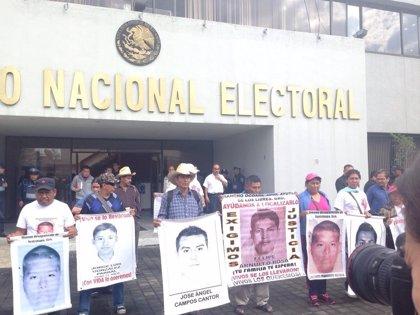 Padres de 'normalistas' se reúnen con el INE para oponerse a los comicios en Guerrero