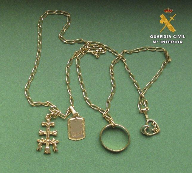 Cadenas de oro objeto de robo