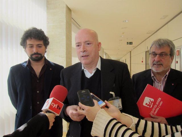El médico Luis Ocampo, flanqueado por José Sarrión y José María González, de IU