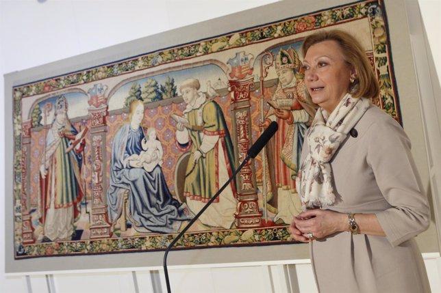 La presidenta de Aragón, Luisa Fernanda Rudi, con el tapiz-retablo de Roda.