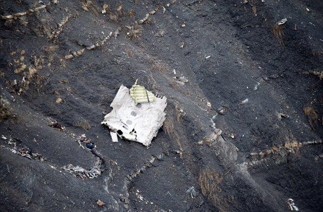 Restos del avión siniestrado en los Alpes