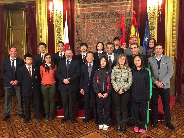 Pruden Induráin con la delegación japonesa y representantes de la federación.