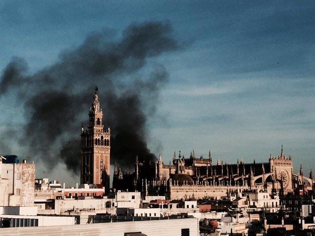 Columna de humo que ha provocado el fuego