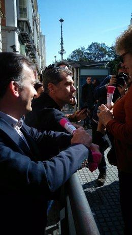 Toni Cantó habla con una ciudadana UPyD Martín de la Herrán