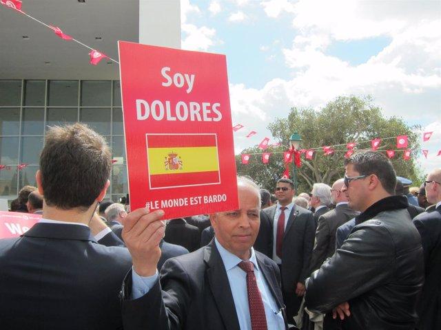 El chófer de la Embajada española en Túnez, con un cartel en homenaje a una de l
