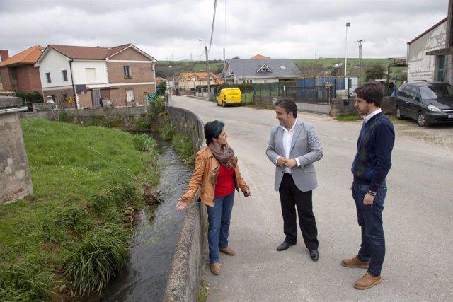 El alcalde con la pedánea de Revilla y el concejal de Obras