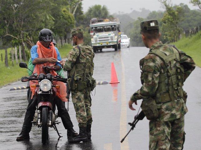 Soldados Colombianos Montan Un Control De Carreteras En Busca De Guerrilleros