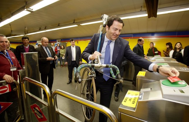 Cavero accede al Metro con bicicleta