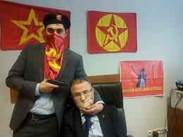 Un miembro del DHKP C apunta con un arma al fiscal turco Mehmet Selim Kiraz
