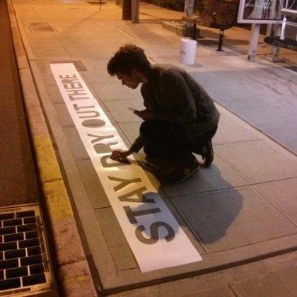 Rainworks: El arte callejero que aparece cuando llueve para sacar una sonrisa