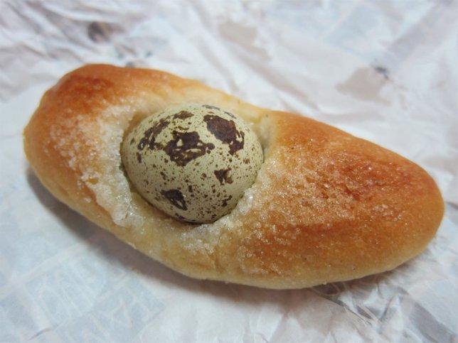 Imagen de una mona con huevo