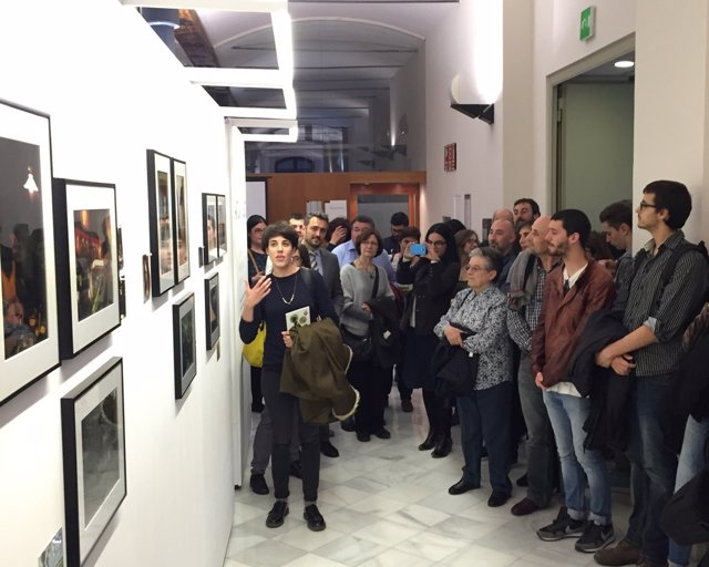 Visitantes en la exposición 'AmbArtGent' de la Diputación de Barcelona