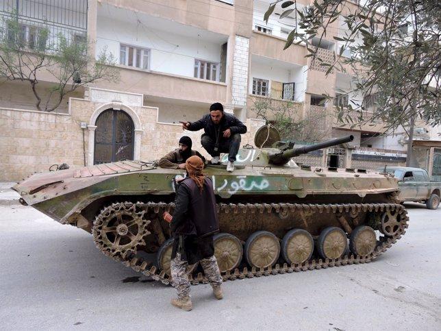 Milicianos rebeldes en un tanque en Idlib