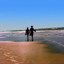 Extranjeros en una playa de Huelva.
