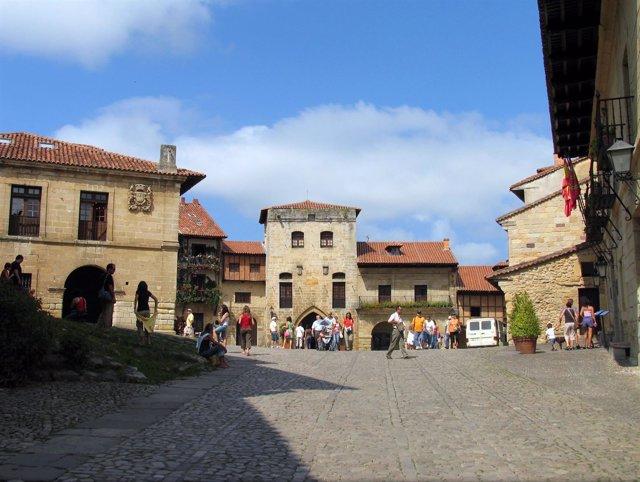 Plaza Mayor de Santillana del Mar, con la Torre de Don Borja al fondo