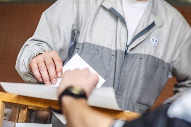 Un trabajador de Volkswagen Navarra votando en las elecciones