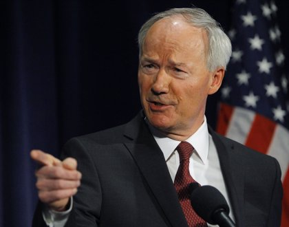 El gobernador de Arkansas pide que se revise o enmiende la polémica ley de libertad religiosa