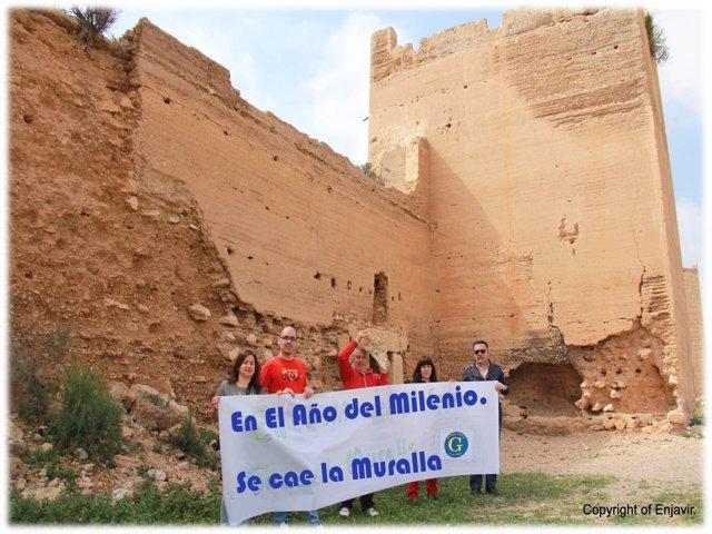 Miembros de Ganemos Almería bajo la muralla de la Alcazaba